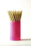 Toothpicks en bois dans le récipient en plastique Photos stock