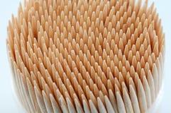 Toothpicks nella priorità bassa bianca fotografie stock libere da diritti