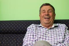 Toothy glimlach hogere mens royalty-vrije stock afbeeldingen