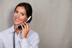 Toothy glimlachdame die op telefoon spreken royalty-vrije stock afbeeldingen