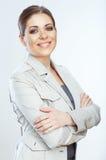 Toothy glimlachende bedrijfsdievrouw op whteachtergrond wordt geïsoleerd Royalty-vrije Stock Afbeeldingen