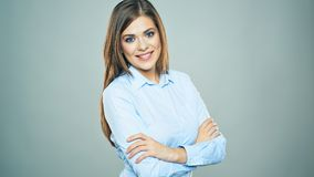 Toothy glimlachende Bedrijfsvrouw kruiste wapens geïsoleerd portret royalty-vrije stock foto