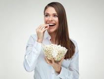 Toothy glimlachende jonge onderneemster die pop graan eten royalty-vrije stock fotografie