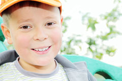 Toothy glimlachende jongen in openlucht Royalty-vrije Stock Fotografie