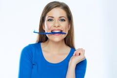Toothy glimlachende mooie vrouw die met gezonde tanden tand houden stock afbeelding