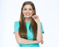 Toothy glimlachende mooie vrouw die met gezonde tanden tand houden royalty-vrije stock fotografie