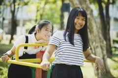 Toothy het glimlachen gezicht van het Aziatische tiener ontspannen in kinderen playg stock foto's