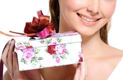 Toothy het glimlachen half vrouwelijk gezicht met huidige doos Royalty-vrije Stock Fotografie