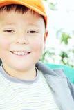Toothy het glimlachen jong geitje in openlucht stock afbeelding