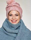 Toothy het glimlachen vrouwenportret die de wintersjaal en hoed dragen royalty-vrije stock foto