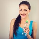 Toothy lächelnde glückliche Schönheit, welche die Flasche von reinem hält lizenzfreie stockfotos