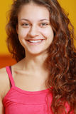 Toothy lächelndes Mädchen im Rot Stockfotografie