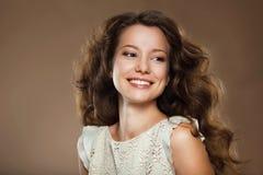 toothy leende Stående av den lyckliga älskvärda brunetten Arkivbild