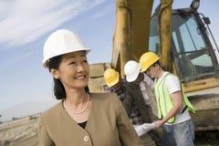Topógrafo And Construction Workers en sitio imágenes de archivo libres de regalías