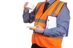 Topógrafo da construção na veste alaranjada da visibilidade que tem uma ruptura de chá Fotos de Stock Royalty Free