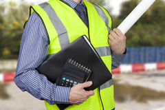 Topógrafo da construção olá! no vis que leva dobradores e calculadora do trabalho Imagem de Stock