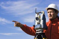 Topógrafo de la pista en el campo Foto de archivo libre de regalías