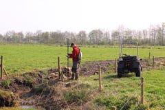 Topógrafo de la pista en el trabajo con los gps Imagen de archivo