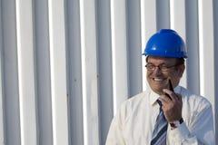 Topógrafo industrial que fala em seu rádio foto de stock