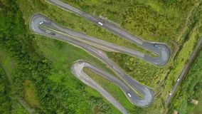 Top aéreo abajo de la conducción de automóviles en el camino serpentino, abejón sobre el camino de la montaña almacen de video
