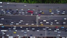 Top aéreo abajo de la vista de la carretera estupenda durante hora punta almacen de video