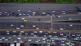 Top aéreo abajo de la vista de la carretera estupenda durante hora punta metrajes