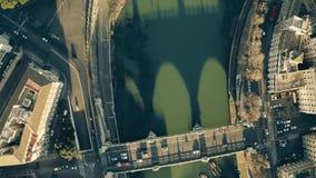 Top aéreo abajo de la vista del río y de los terraplénes de Tíber que implican el puente y el castillo de Ponte Sant famoso 'Ánge metrajes
