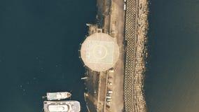 Top aéreo abajo de la vista del rompeolas, de naves y de un helipuerto Nápoles, Italia almacen de video