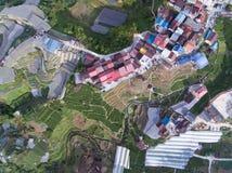 Top aéreo abajo de la vista de tierras de labrantío y de casas imagenes de archivo