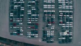 Top aéreo abajo de la vista de un nuevo almacenamiento de los coches de la fábrica automotriz grande stock de ilustración