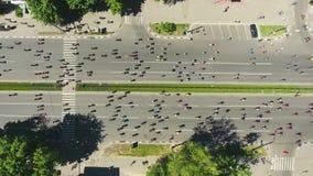 Top a?reo abajo del tiro del camino de ciudad apretado por los ciclistas durante la competencia del bycicle almacen de metraje de vídeo