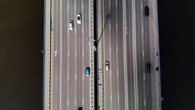 Top abajo de la opinión aérea sobre el puente de 11 carriles con la porción de coches y de autobuses Punto bajo de la mosca almacen de metraje de vídeo