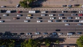 Top abajo de la vista a?rea de la carretera urbana de la hora punta del atasco de la ciudad imagen de archivo libre de regalías