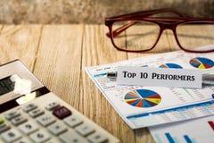 Top 10 Ausführend-Investitionsvorrat-Auswahlkonzept mit Diagrammen und Diagrammen auf hölzernem Brett Lizenzfreies Stockbild