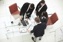 Top beskådar affärslag som förbereder en ny presentation royaltyfria foton