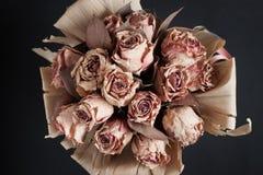 Top beskådar av en grupp av torra blommor Arkivfoto
