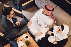 Top beskådar Den arabiska mannen skakar händer fotografering för bildbyråer
