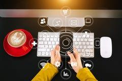 Top beskådar räcka genom att använda den smarta telefonen, minnestavlabetalningar och innehavkreditkortonline-shopping, arkivfoto