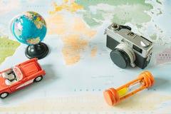 Top beskådar retro kamera, värld, bil, klocka och pass som förläggas på Royaltyfri Bild