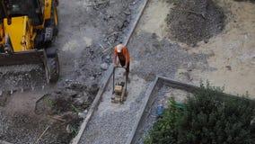 Top besk?dar Tungt maskineri för vägarbetarbruk som dunkar asfalt lager videofilmer