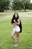 Top blanco al aire libre del negro de los pantalones cortos de la mujer caucásica adolescente Imagenes de archivo