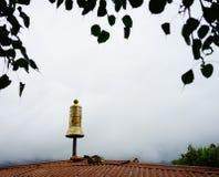 Top de alivio de bronce en el templo tibetano Fotos de archivo libres de regalías