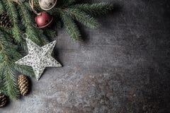 Top de conos del pino del árbol de abeto de los cascabeles de las decoraciones de la estrella de la Navidad de la visión en fondo fotos de archivo libres de regalías