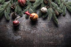 Top de conos del pino del árbol de abeto de los cascabeles de las decoraciones de la Navidad de la visión en fondo concreto libre imagen de archivo