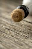 Top de la botella del champán con la muestra 2016 en el corcho Foto de archivo libre de regalías