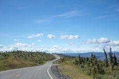 Top de la carretera del mundo, Alaska cerca de la frontera canadiense fotos de archivo