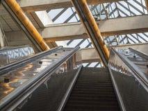 Top de la escalera móvil del subterráneo encima del architectur del extracto de la escalera móvil Imágenes de archivo libres de regalías