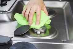 Top de la estufa de la limpieza con el paño de la microfibra Imagenes de archivo