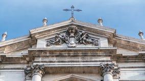 Top de la iglesia barroca de St Ignatius de Loyola en el hyperlapse del timelapse de Martius del campus en Roma, Italia metrajes