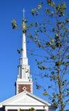 Top de la iglesia con el follaje cruzado de Nueva Inglaterra Foto de archivo libre de regalías